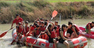 Práctica de piragüismo y otros juegos en la isla de Juan Vacas
