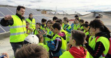 Visita a una planta de energía solar local